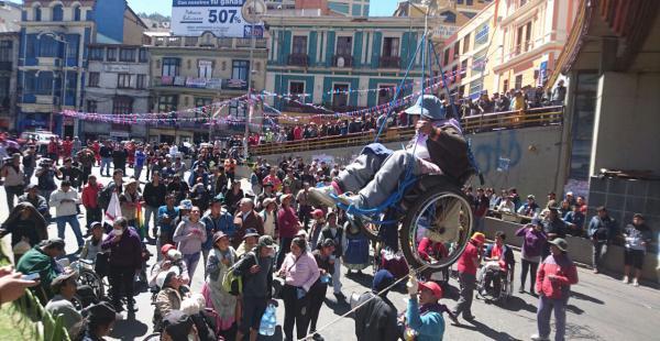 Discapacitados se cuelgan en La Paz
