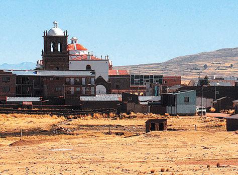 Fronterizo. Población Jesús de Machaca, que se halla a 108 km de la ciudad de La Paz y a 20 km de Perú.