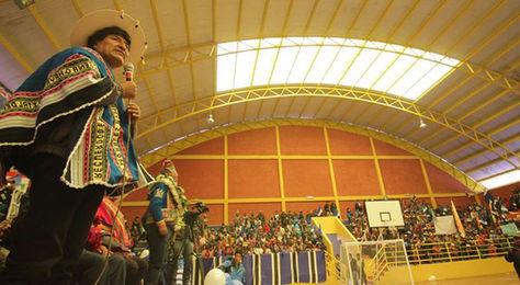 El presidente Evo Morales entrega un coliseo cerrado en la comunidad de Cantumarca.