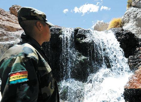 Vigía. Un soldado boliviano observa las aguas del Silala que fueron canalizadas artificialmente.