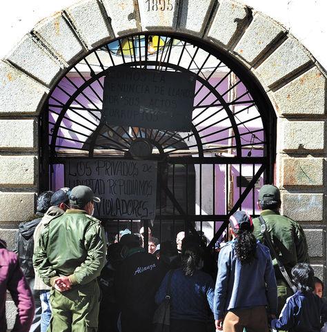 Penal. Visitantes esperan control en la puerta de la cárcel de San Pedro.