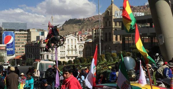 """Una persona en silla de ruedas volvió a """"colgarse"""" hoy, después de la marcha del sector por las calles de La Paz."""