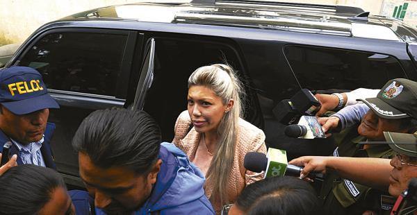 Gabriela Zapata, la expareja del jefe de Estado, compró un Nissan Patrol y lo anotó a nombre de otra persona