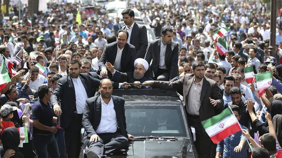 El presidente iraní, Hassan Rohani saluda a sus seguidores en un recorrido por Teherán. EFE