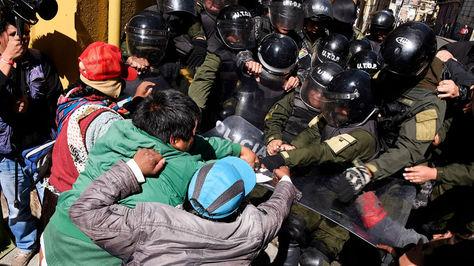 La tensión volvió ayer a la plaza Murillo donde hubo enfrentamientos entre discapacitados y policías