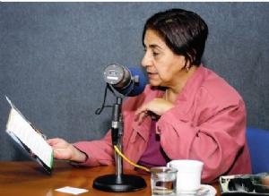Policías ingresan a radio Líder para notificar a Amalia Pando con una orden fiscal
