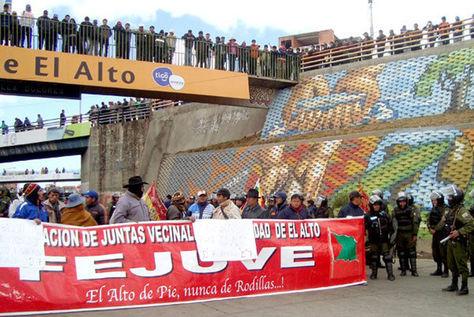Protesta de la Fejuve en cercanías del peaje de la autopista El Alto-La Paz