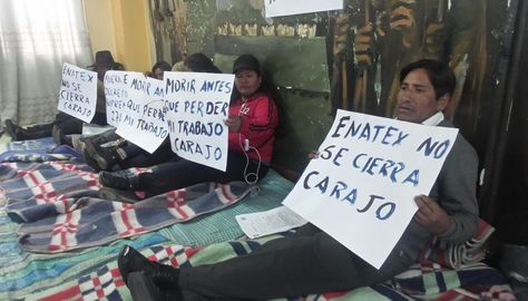 Un grupo de ex trabajadores de Enatex instala el piquete de huelga de hambre. Foto. Dennis Luizaga