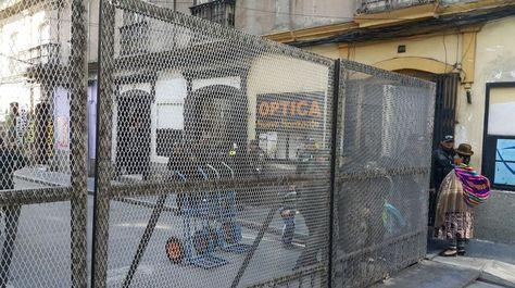 Una de las rejas metálicas, que instaló la Policía, para evitar el ingreso a ese sitio. Foto: Ángel Guarachi