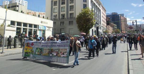 La mañana de este martes los trabajadores fabriles se sumaron a la protesta de los despedidos de la empresa Enatex