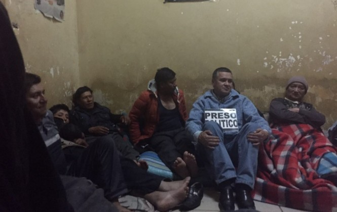 León estaría detenido dos semanas más por falta de un custodio policial, según su esposa
