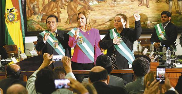 segunda gestión de la edil angélica sosa como presidenta del concejo municipal Sosa, Hortensia Sánchez y Romel Pórcel en el momento de jurar para asumir sus respectivos cargos