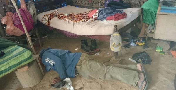 Un hombre, testigo del asalto a mano armada en Los Andes, muestra como redujeron a las víctimas