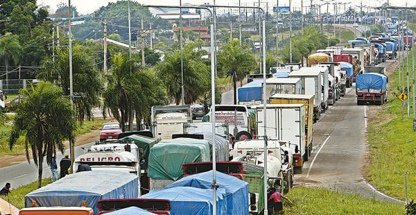 Parece una fila de hormigas. Son los cientos de camiones bloqueados en la carretera al norte