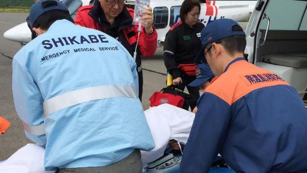 Los rescatistas trasladaron al niño a un hospital foto: AFP