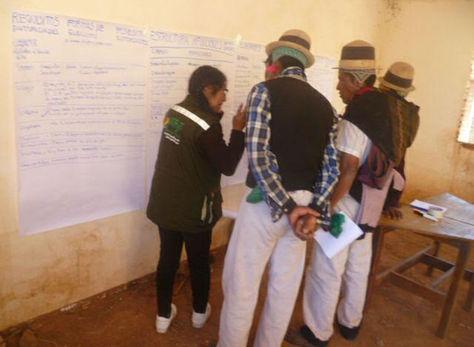Explicación del manejo de tierras por funcionarios gubernamentales a dirigentes de organizaciones