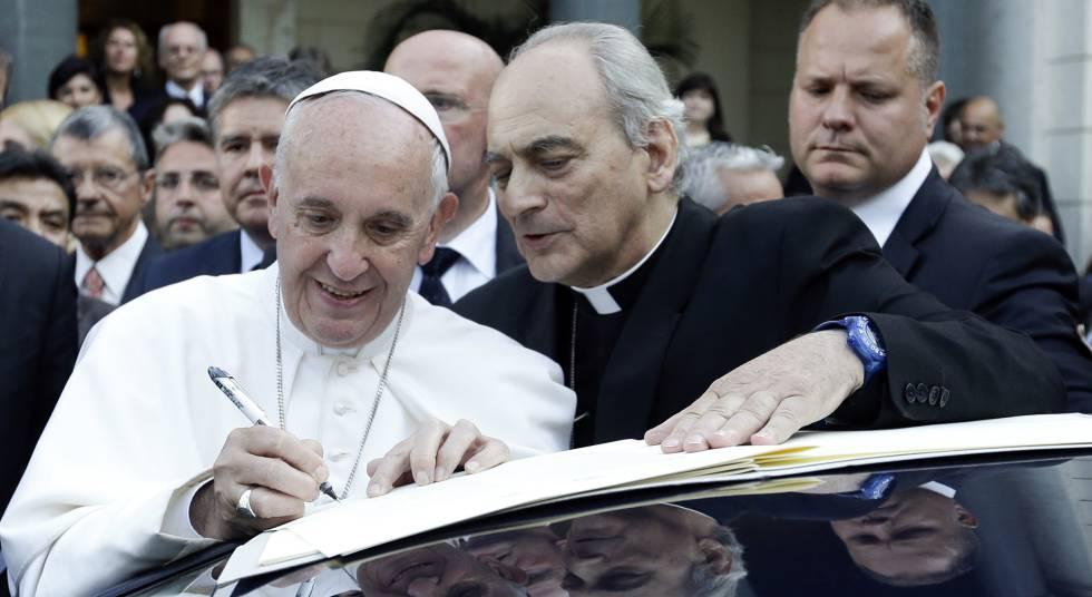 El Papa, junto a moseñor Marcelo Sanchez Sorondo, firma un documento en el Vaticano.