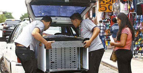 Los artefactos y productos que compra la gente son llevados principalmente en taxis y en vehículos particulares hasta Arroyo Concepción