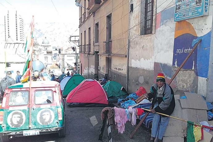 CAMPAMENTO. Más de 30 carpas se instalaron en la intersección de las calles Indaburo y Saocabaya