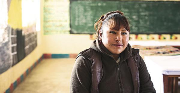 Lucinda proviene de una familia de educadores, su padre es un profesor y comunicador aimara y su hermano es maestro de física y química