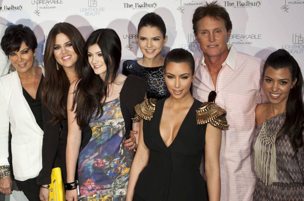 De izquierda a derecha: Kris Jenner, khloe Kardashian, Kylie y Kendall Jenner, Kim Kardashian, Bruce Jenner y Kourtney Kardashian, en un acto en 2011.