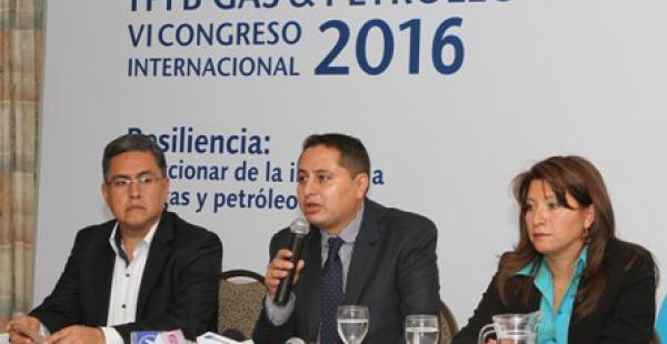El presidente de YPFB, Guillermo Achá (centro) destacó el evento organiza<do por la estatal petrolera