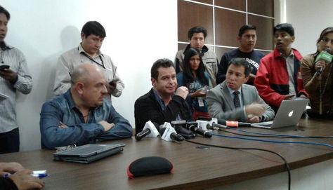 Equipo médico que operó a Morales en conferencia de prensa