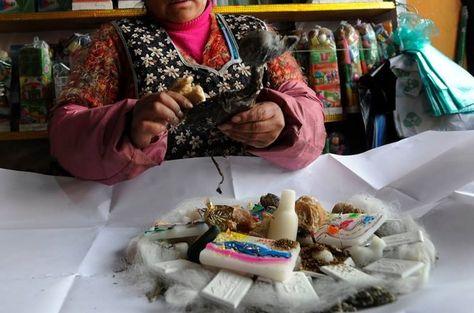 Una persona arma una mesa de ofrenda que está destinada para la Pachamama
