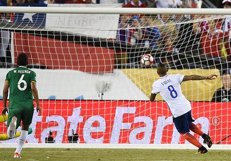 Arturo Vidal remató bien, de penal, para darle el triunfo a Chile sobre Bolivia.