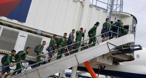 Los jugadores de la selección abordan el avión para viajar a Seattle.