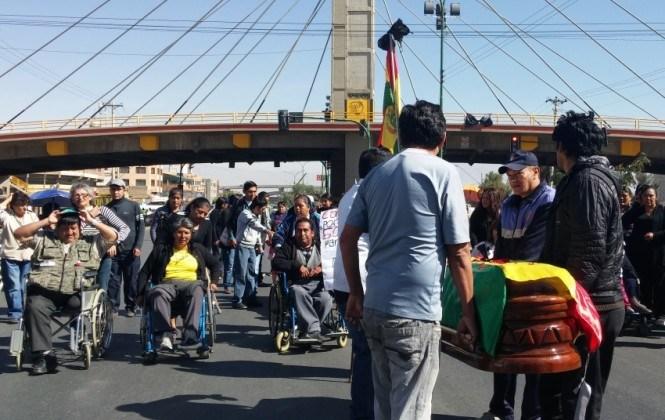 Cívicos alistan marcha tras el entierro de las víctimas de la vigilia de discapacitados