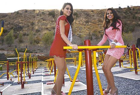 Como niñitas. Estefanía Senzano y Paola Iraola (Miss Cbba y Srta. Chuq.)