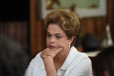 La presidenta suspendida, Dilma Rousseff, brinda una rueda de prensa con medios internacionales en la residencia presidencial Palacio de Alvorada en Brasilia.