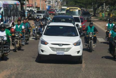 Lo canillitas escoltan en sus motocicletas el cortejo fúnebre de Pedro Rivero Mercado