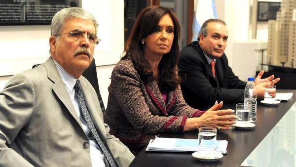 La ex presidenta Cristina Fernández de Kirchner, flanqueada por el ministro de Planificación Federal, Julio de Vido y el secretario de Obras Públicas, José López, en un acto de 2010.