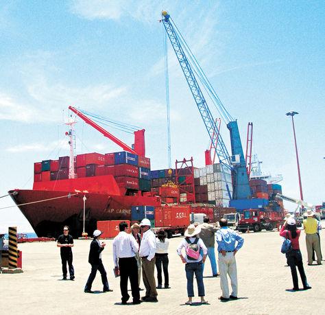 Chile. Descarga de mercadería en el puerto de Arica, desde donde ingresa la mayor parte de las importaciones a territorio boliviano.
