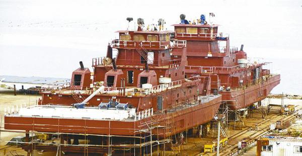 Una de las barcazas, durante su armado, en un astillero de China