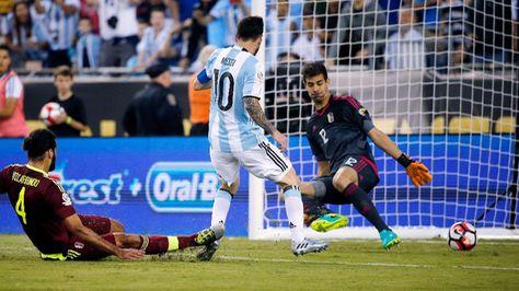 Messi convierte el gol con el que iguala a Batistuta.