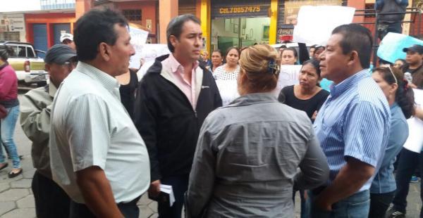 Familiares de la víctima y su abogado Franz Reyes conversaban en las afueras del Comando de la Policía de Montero, antes de que comience la audiencia cautelar