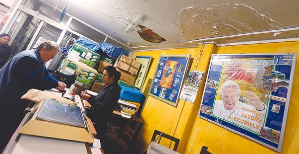 Las oficinas en la ciudad de Santa Cruz están deterioradas. El techo del edificio tiene grandes huecos y filtraciones de agua