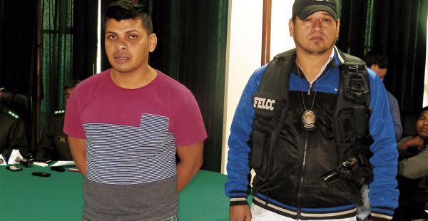 Edson Zapata (izq.), escoltado por un policía, en el Comando