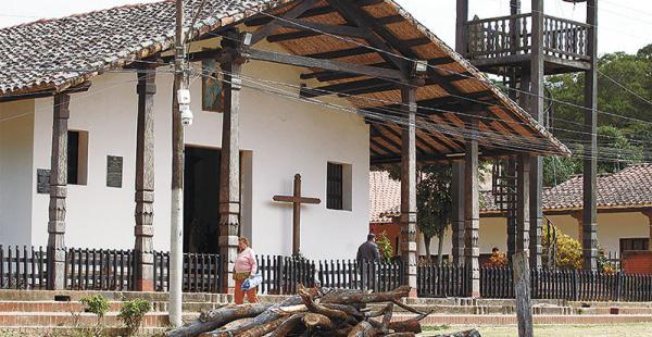 La leña para la fogata ya está lista frente al templo del pueblo