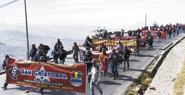 La marcha obrera fue acompañada con cartuchos de dinamita que retumbaron en La Paz