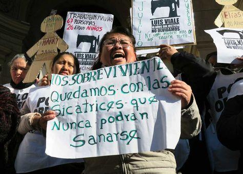 Una mujer protesta hoy, 21 de junio de 2016, frente a las puertas de tribunales la sentencia del juicio por el incendio de un taller clandestino en Buenos Aires que dejó seis muertos en 2006. Foto: EFE