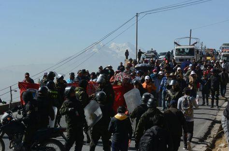 Policía gasifica a maestros para desbloquear las vías. Foto: APG Noticias