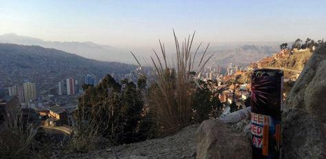 La ciudad de La Paz amaneció cubierta de humo debido a las fogatas y a los fuegos artificiales encendidos la noche de San Juan.