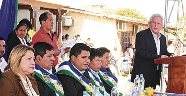 El gobernador estuvo en el acto con las autoridades municipales