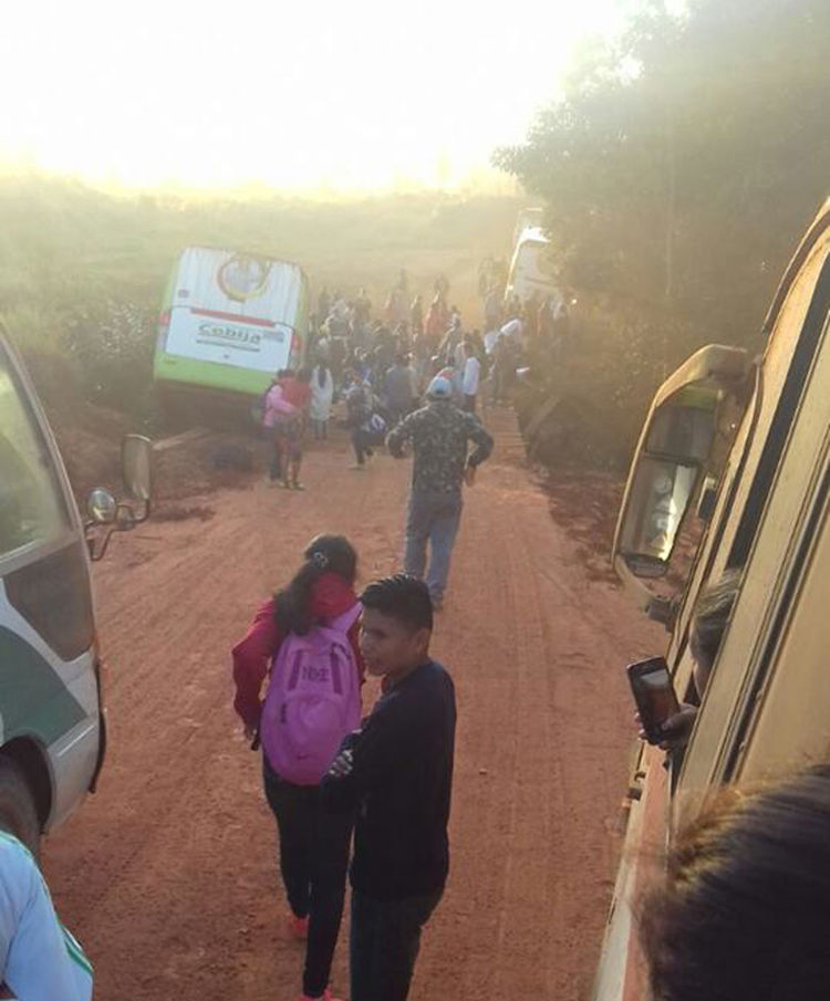 Así quedo el bus que transportaba a los escolares. Foto: http://pridecompridecom.wix.com/