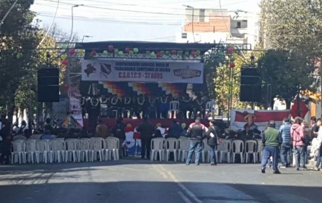 Festejo no autorizado de la Confederación de campesinos cierra vía troncal de Miraflores