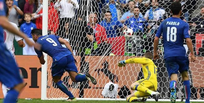 Graziano Pellè marcó el segundo gol de Italia pasado el minuto 90. (EFE)